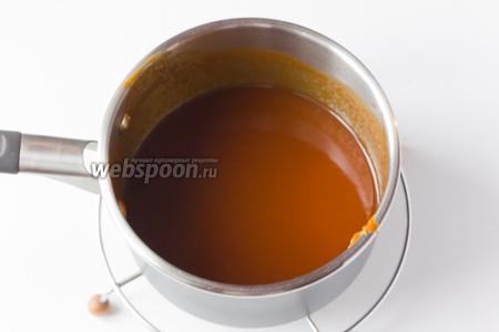 Интенсивно перемешиваем венчиком, даём немного соусу загустеть на огне и снимаем с плиты. Подавать карамельный соус можно тёплым или остывшим к десертным блюдам!