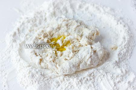 Примерно в середине замеса в ещё липкое тесто вливаем оливковое масло и продолжаем месить.