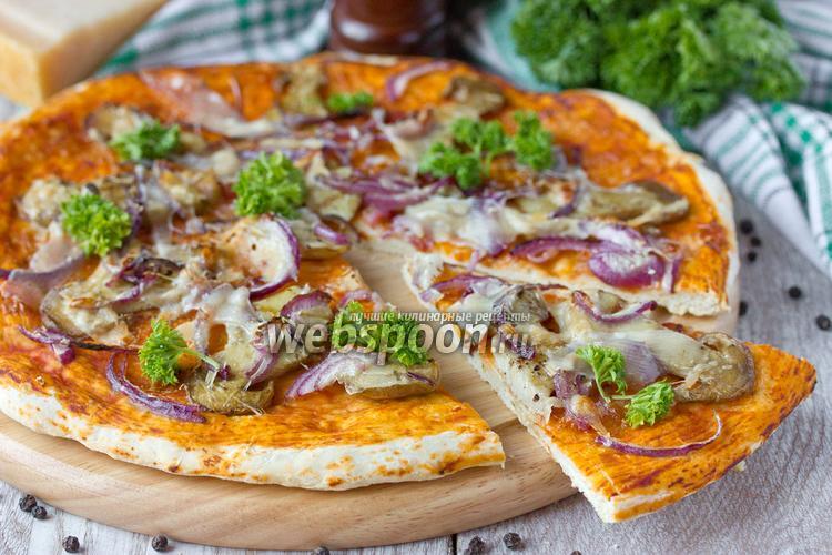 Фото Пицца с белыми грибами, пармезаном и фиолетовым луком