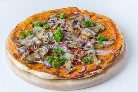 Ставим в предварительно разогретую до 200 ºC духовку, запекаем до готовности 15-20 минут. За 3 минуты до окончания приготовления посыпаем пиццу оставшимся сыром. При подаче украшаем пиццу свежей петрушкой! Подаём к столу сразу после выпечки!
