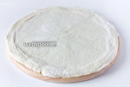 Раскатываем его в тонкий пласт круглой формы диаметром 26 см.