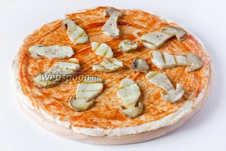 Выкладываем на тесто белые грибы.