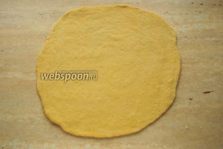 Из подошедшего теста раскатать лепешку нужного диаметра (26 см), толщиной не более 1 см.