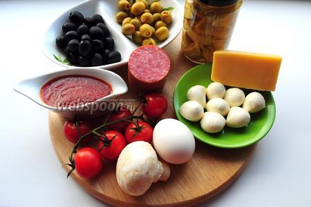 Пока подходит тесто у вас есть время подготовить начинку для пиццы. Вам понадобятся: томатный соус, куриное яйцо, шампиньоны, оливки, маринованные артишоки, салями, сладкий перец, помидоры черри, сыры моцарелла и пармезан. Приготовьте заранее  томатный соус  и отварите 1 яйцо.