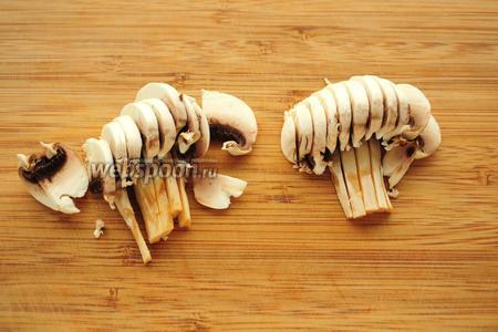 Гриб шампиньон порезать сначала пополам, а затем на тонкие ломтики.