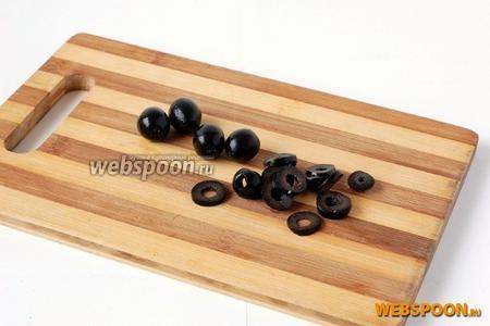 Оливки порезать колечками.