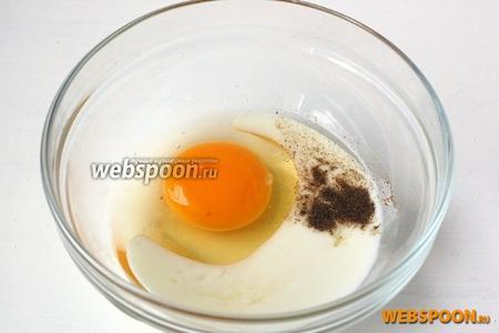 Яйцо соединить с подсолнечным маслом, кефиром, солью и перцем.