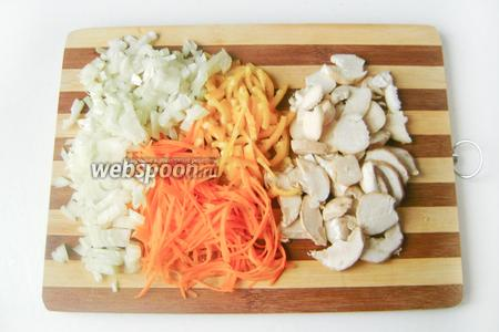 Для начала поставим на огонь кастрюлю с водой, когда она закипит — солим воду и всыпаем перловую крупу. Соотношение крупы и воды, а также время приготовления смотрите на упаковке. Наша цель — получить полностью готовую рассыпчатую перловую кашу! Тем верменем чистим лук и морковь, моем перец и белые грибы, нарезаем овощи и грибы (морковь и сладкий перец соломкой, грибы пластинками, а лук мелкими кубиками).
