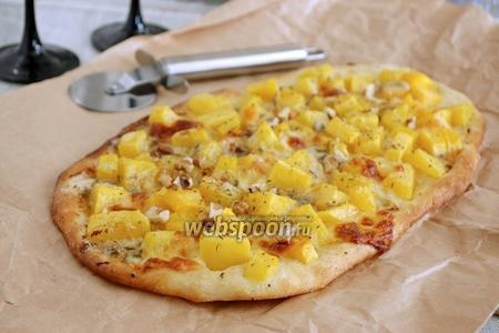 Пицца с тыквой, моцареллой и горгонзолой