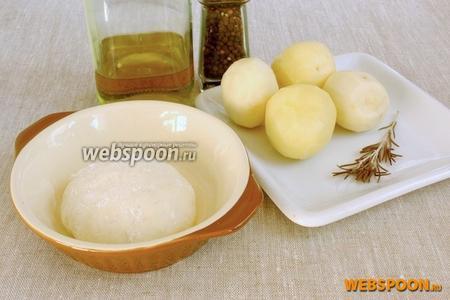 Подготовить 200 г  теста , картофель, розмарин, оливковое масло и чёрный молотый перец.