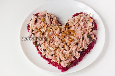 Следующий слой — измельчённое мясо копчёного куриного окорочка.