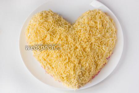 Твёрдый сыр натираем на мелкой тёрке, выкладываем последним слоем, так, чтобы все остальные слои были им полностью закрыты.