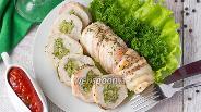 Фото рецепта Запечённые рулетики из куриного филе в беконе с начинкой из брокколи