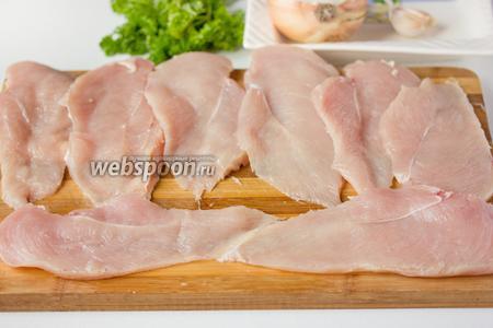 Каждое куриное филе разрезаем вдоль на два пласта. Из 4 филейных частей у нас получится 8 пластов, соответственно, 8 рулетов.
