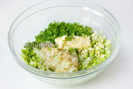Смешиваем нарезанную капусту, измельчённую зелень петрушки, обжаренный на 1 ст. л. оливкового масла мелко нарезанный репчтаый лук, мягкое, подтаявшее сливочное масло.