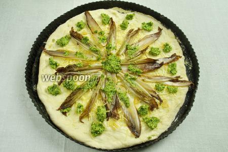 Разложить по поверхности пиццы заранее приготовленный соус Песто.