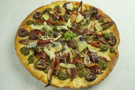 За 5 минут до окончания выпечки, накрыть пиццу фольгой. Подавать горячей.