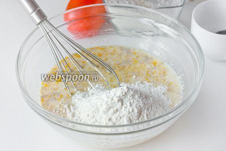 Всыпаем половину всей муки. Перемешиваем, чтобы тесто было без комков, и даём ему постоять минут 10.