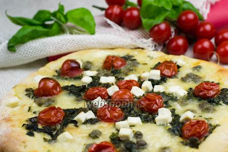 Пицца со шпинатом и помидорами черри