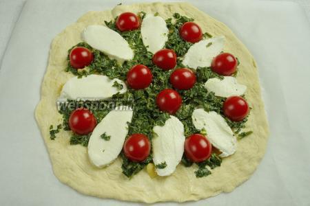 Разложить шпинат, разрезанные пополам помидоры, на сыр выложить каперсы. Разложить кубики сыра Фета по всей пицце.