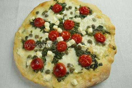Растянуть тесто. Смазать оливковым маслом с чесноком, который в нём жарился.