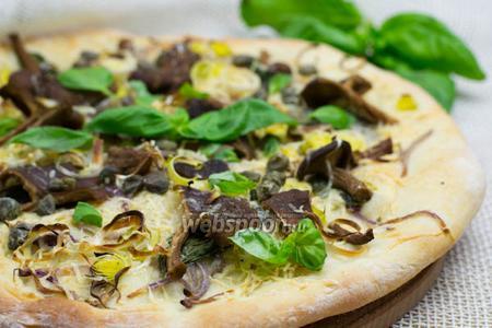 Пицца с базиликом и лесными грибами