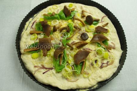 На листья базилика и лук, разложить грибы (если крупные разрезать вдоль).