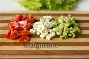 Авокадо чистим, помидоры моем, нарезаем брынзу и авокадо кубиками, а помидоры четвертинками.