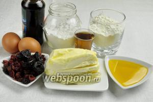 Чтобы приготовить пирог, нужно взять муку, 2 желтка, масло сливочное, сахарную пудру, соль. Для начинки: изюм, курагу, чернослив, клюкву, коньяк, искусственный мед, кленовый сироп, ванилин, яблочный уксус, соль, яйцо. Желательно взять низкую разъёмную форму.