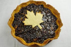 Аккуратно вынуть пирог из формы. Украсить кленовым листом. Подавать на десерт к чаю или кофе.