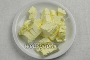 Масло нарезать кусочками. Поставить в морозилку на 30 минут.