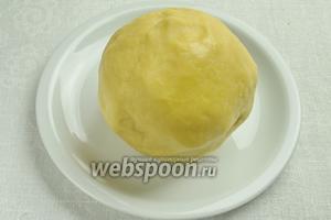 Тесто вынуть, домесить руками и сформировать шар. Тесто получается очень мягким и эластичным. Поместить его в морозилку на 1 час.
