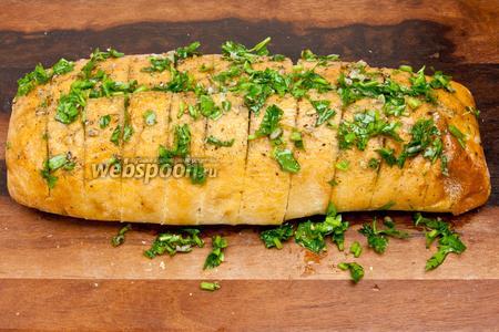 Тщательно натереть чиабатту чесночно-травяной смесью, не забывая промазывать резрезанные части хлеба.