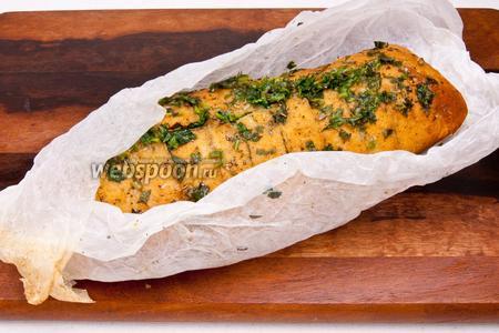 Достать хлеб из духовки, извлечь из бумаги и подавать.