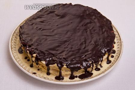 Звтем сразу поставить торт в холодное место на 15 минут, чтобы шоколад полностью застыл, так же можно добавить белый шоколад и сделать произвольные разводы для украшения торта.