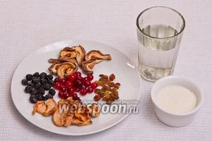Основные ингредиенты: сушка — яблоки 2 стакана, груши 1 стакан, сушёный тёрн, изюм, свежая клюква, вода и сахар.