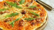 Фото рецепта Пицца с охотничьими колбасками и рукколой