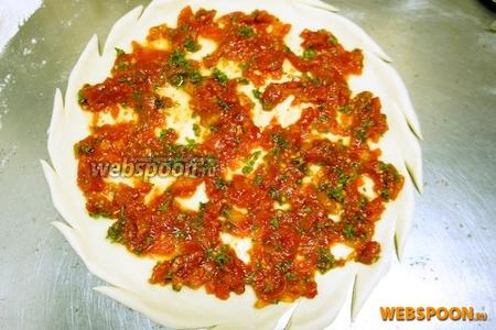 На тесто выкладываем готовый томатный соус.