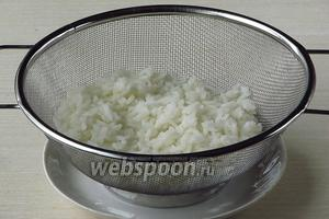 Залить рис большим количеством горячей воды, отварить до полуготовности, выложить на дуршлаг и промыть горячей водой для удаления слизи.