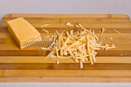 Натираем твёрдый сыр на тёрке.
