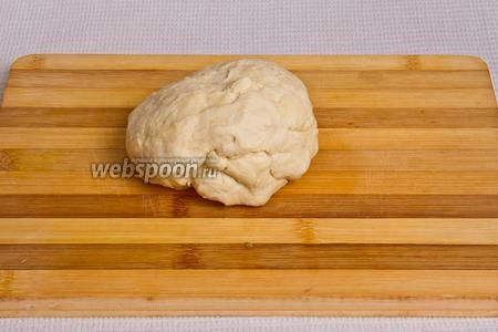 Смешиваем муку, воду, оливковое масло и замешиваем тесто. Тесто должно получиться эластичным.