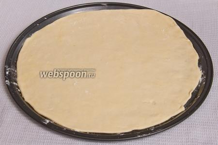 Тонко расскатываем тесто, чтобы получился корж толщиной 3-5 мм и выкладываем на противень, предварительно посыпав его мукой.
