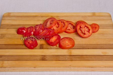 Нарезаем кольцами помидоры.