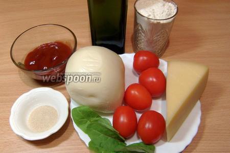 Для приготовления теста нужно взять следующие продукты: муку, сахар, соль, воду, оливковое масло и дрожжи. Для начинки нам понадобятся: томатный соус, сушёный базилик и орегано, сыры Пармезан и Моцарелла, помидоры, листики зелёного базилика (можно заменить другой зеленью).