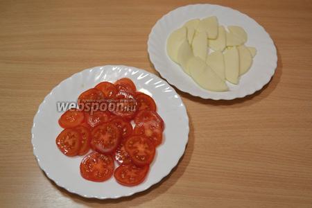 Нарезать тонкими кружками помидоры и ломтиками Моцареллу.