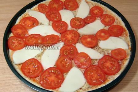 Уложить помидоры и сыр, чередуя по цвету и создавая узор, который подскажет ваша фантазия.