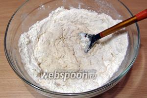 Понемногу подливая воду с дрожжами, замесить пластичное тесто, сначала оно будет крутое, но, по мере вымешивания, станет упругим и мягким.