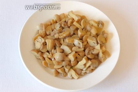 Нарезать грибы соломкой.