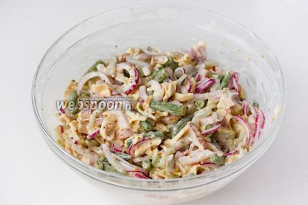 Тщательно, но аккуратно перемешиваем все ингредиенты, даём салату настояться в течение получаса и можно подавать к столу!