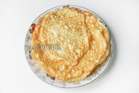 На подсолнечном рафинированном масле обжариваем тонкие омлеты из полученной яично-майонезной смеси. Всего получилось 5 тонких яичных блина.